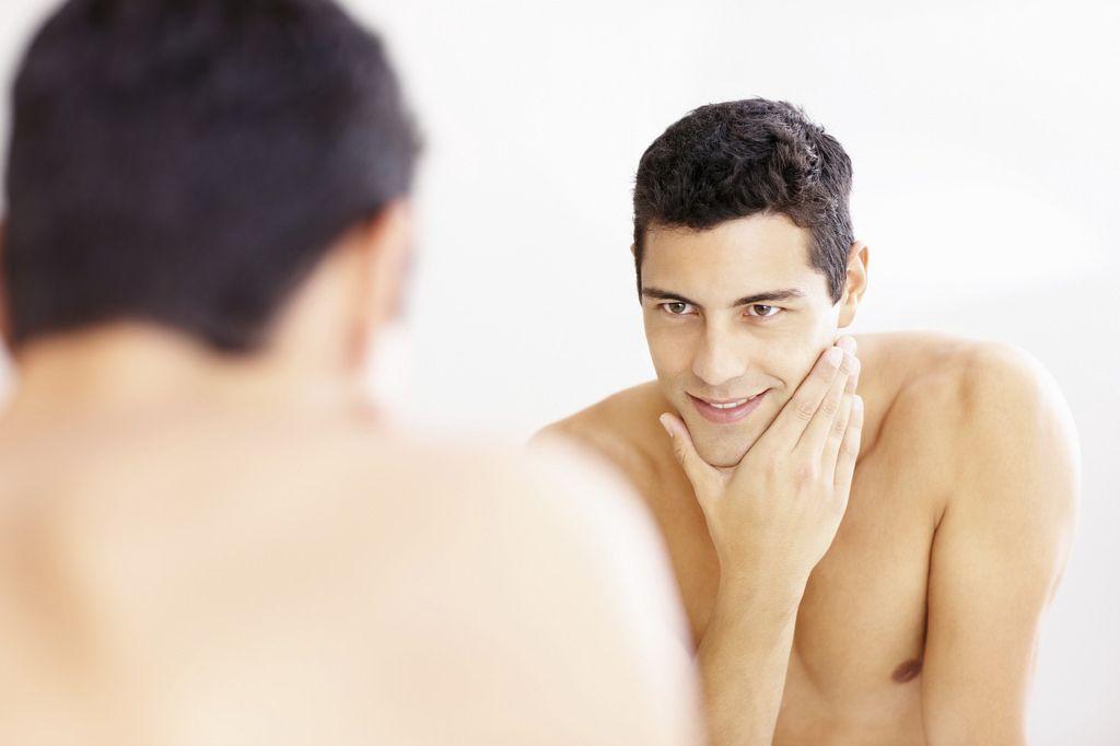 męska pielęgnacja przed lustrem