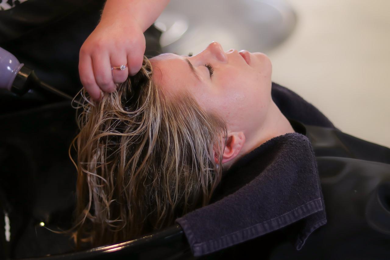 farbowanie włosów w salonie fryzjerskim